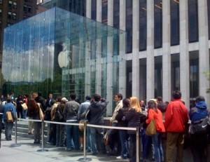 Queues to buy the iPad11 300x231 - Lancement d'un site e-commerce : organiser son teasing